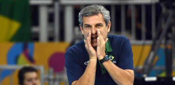 Bicampeão com a seleção feminina, Zé Roberto demonstra preocupação com seleção