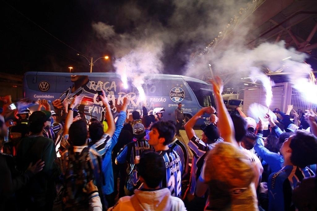 Torcida do Grêmio faz festa para apoiar o time antes do jogo