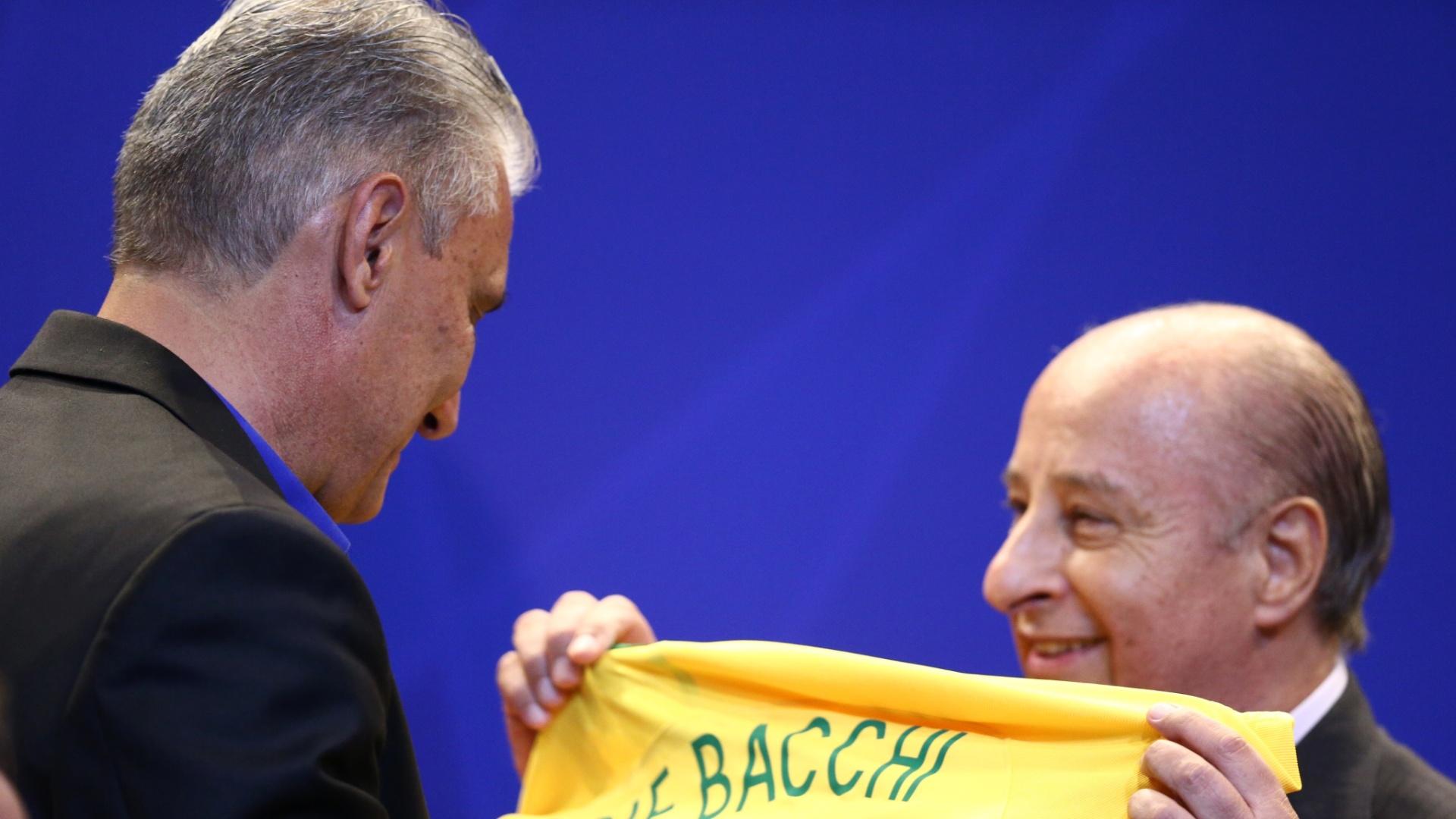 Marco Polo del Nero entrega a Tite uma camisa da seleção brasileira com o nome da mãe do treinador, Ivone
