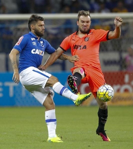 Rafael Sóbis e Willian Farias dividem bola na partida Cruzeiro x Vitória pela Copa do Brasil