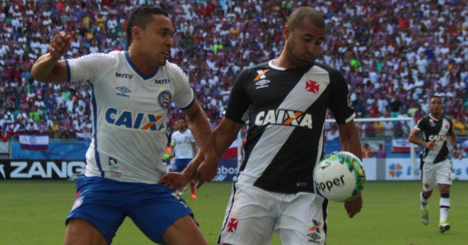 Júlio César disputa bola em lance de Vasco x Bahia