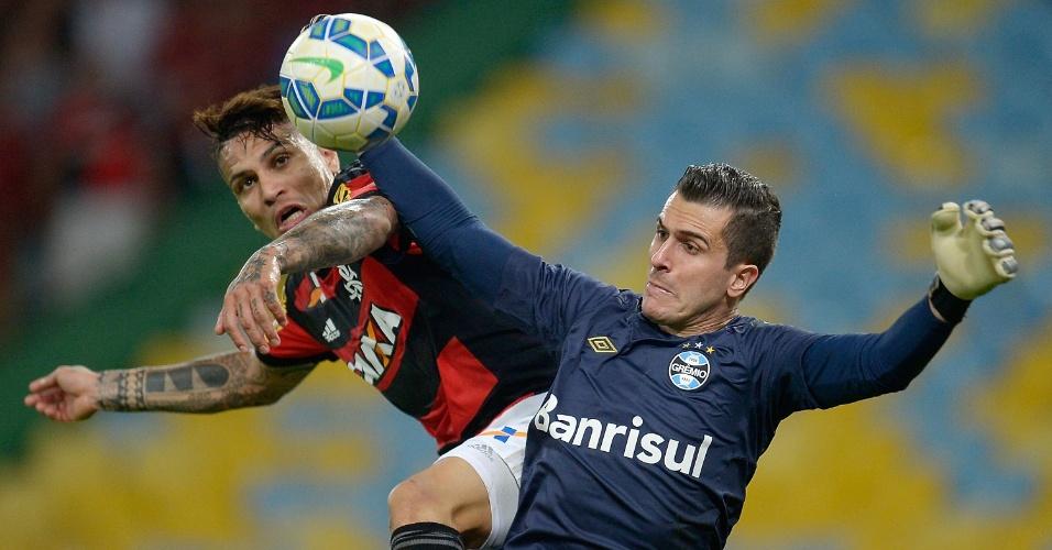 Marcelo Grohe protege a bola do atacante Guerrero em lance de Flamengo e Grêmio, no Maracanã