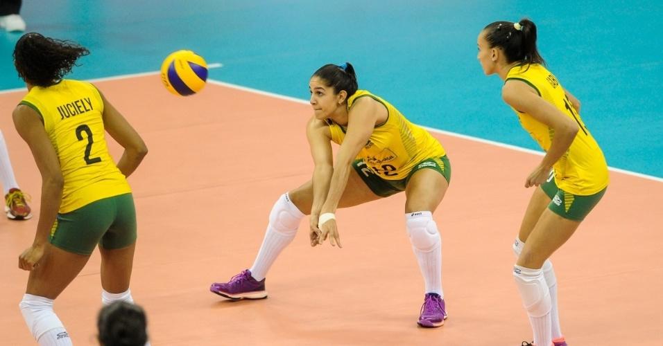 22.jul.2015 - Ponteira Natália arruma o corpo para fazer um passe em jogo do Brasil contra a China, na abertura da fase final do Grand Prix de vôlei feminino.