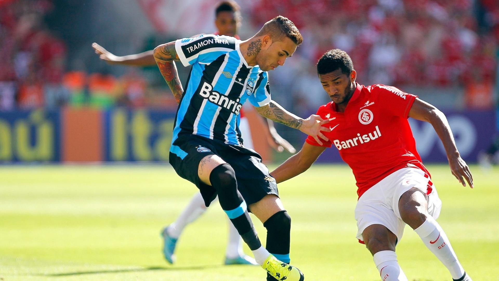 Luan disputa bola para o Grêmio contra o Inter no Brasileirão
