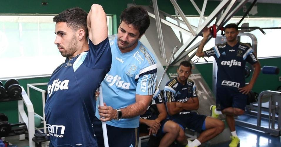Recuperado de contusão, Gabriel faz alongamento no primeiro da pré-temporada
