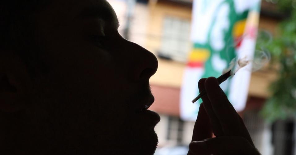 Torcedor do Palmeiras fuma maconha na sede da torcida Rasta Alviverde