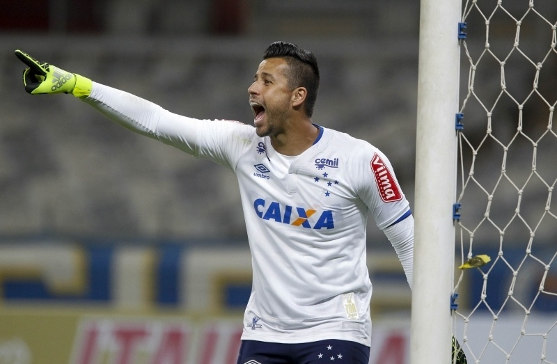 Goleiro Fábio orienta time do Cruzeiro na partida contra o Vitória pela Copa do Brasil