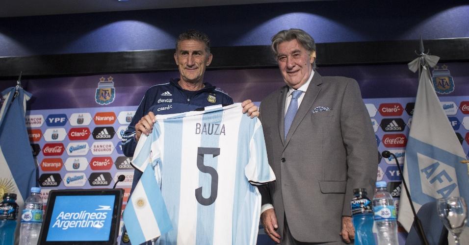 Bauza é apresentado na Argentina e recebe a camisa 5 da seleção