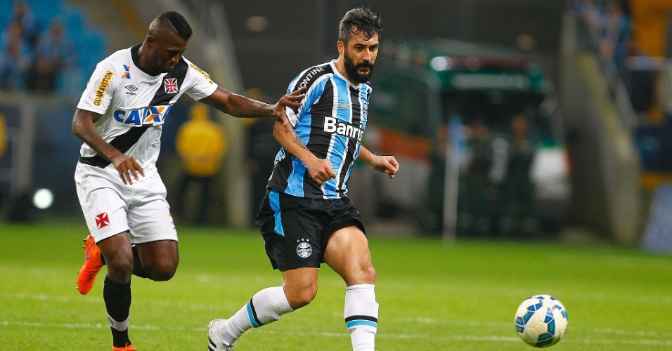 Douglas tenta armar a jogada para o Grêmio contra o Vasco, no Campeonato Brasileiro