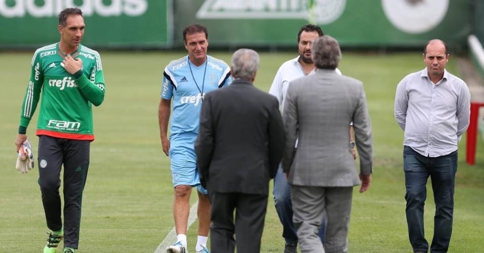 Cuca no gramado da Academia de Futebol do Palmeiras ao lado do goleiro Fernando Prass e da diretoria