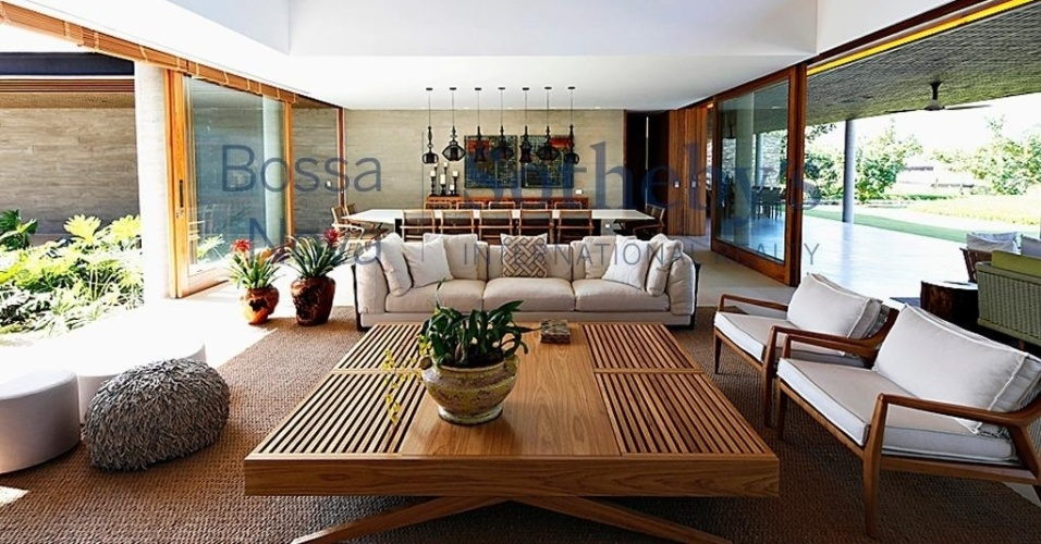 A casa comprada por Neymar no Rio de Janeiro tem seis suítes, quadra, academia, heliponto, seis banheiros
