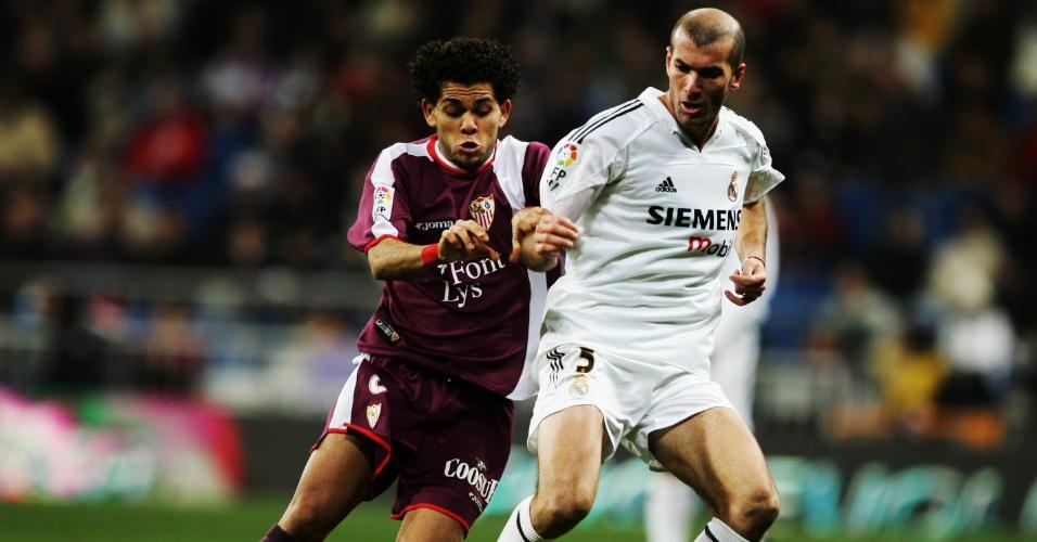 O lateral direito na marcação de Zidane, em jogo válido pelo Campeonato Espanhol da temporada 2004/2005