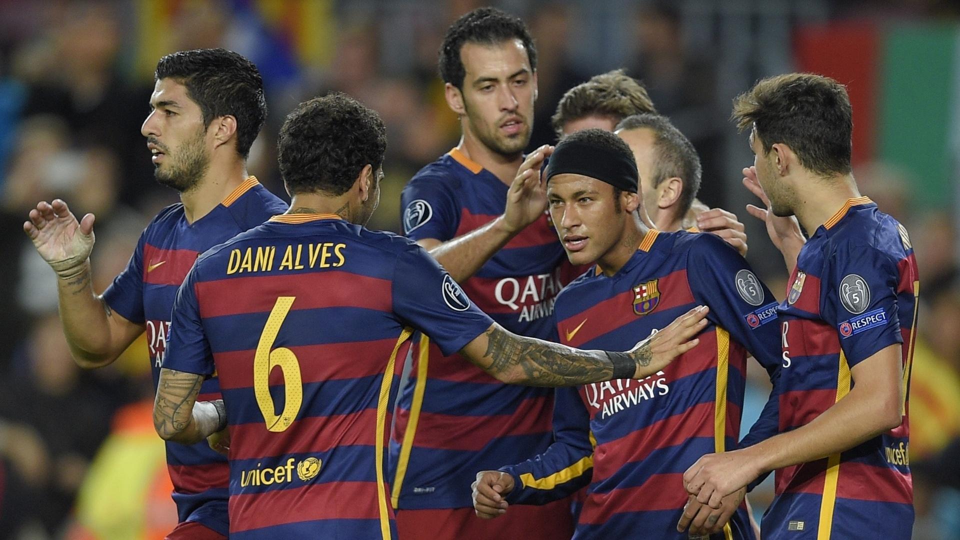 Neymar comeora gol marcado contra o BATE Borisov. Craque entrou em campo com uma faixa na cabeça