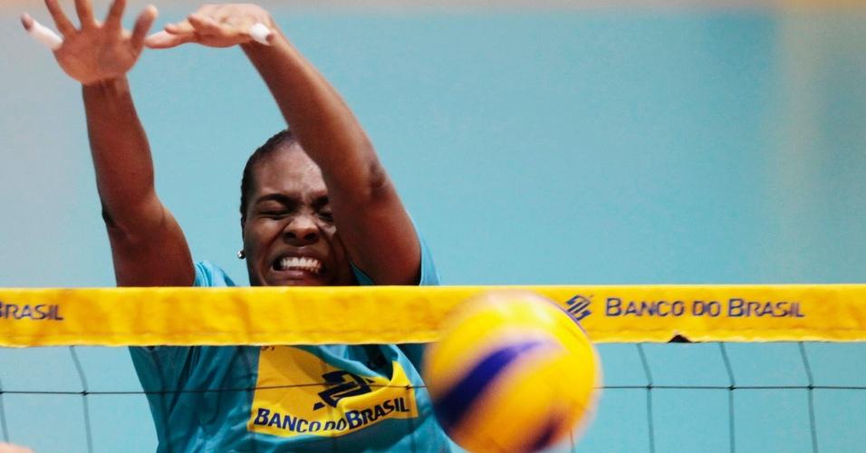 24.mai.2012 - Fabiana faz um bloqueio durante treino da seleção brasileira de vôlei em Saquarema