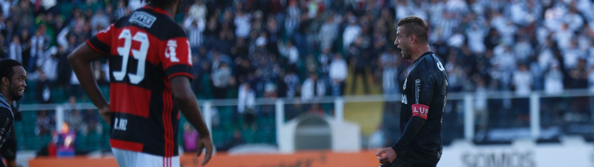 Rafael Moura comemora após abrir o placar para o Figueirense contra o Flamengo pelo Campeonato Brasileiro