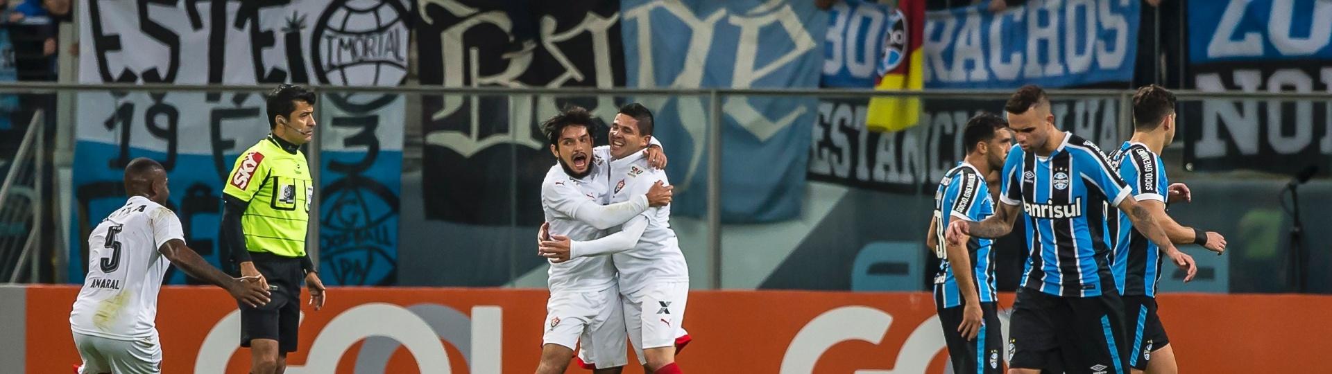 Vitória comemora um dos gols contra o Grêmio