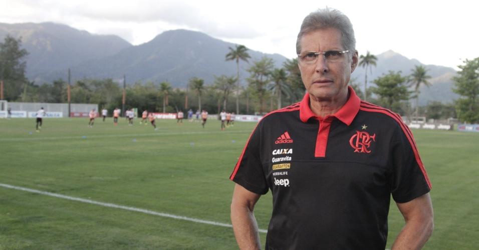 Oswaldo de Oliveira posa após a apresentação como técnico do Flamengo