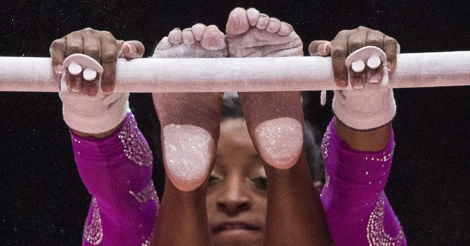 Simone Biles, dos Estados Unidos, nas barras, no Mundial de Ginástica Artística