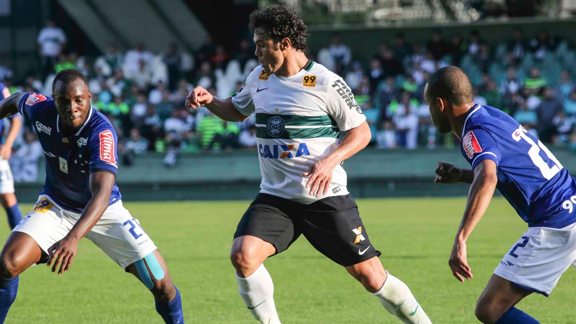 Kleber, do Coritiba, é cercado por dois jogadores do Cruzeiro na partida da 9ª rodada do Brasileirão