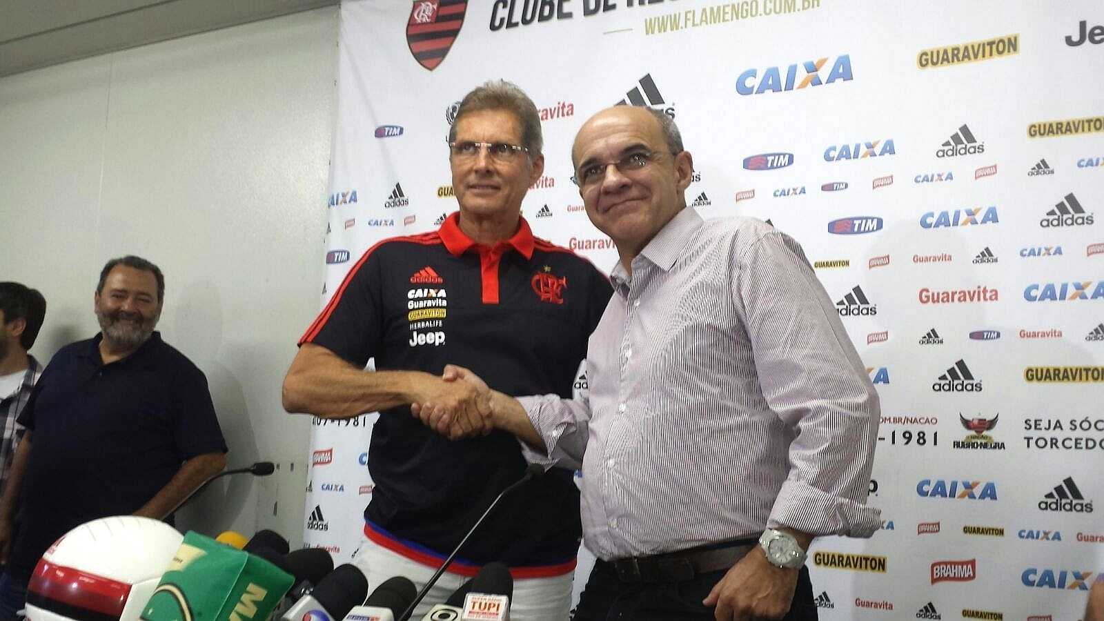 Novo treinador do Fla, Oswaldo de Oliveira cumprimenta presidente Eduardo Bandeira de Mello