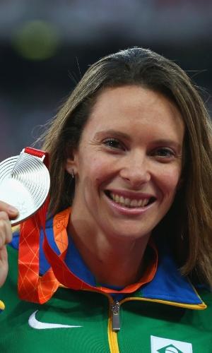 Fabiana Murer exibe medalha de prata conquistada na quarta-feira na modalidade salto com vara