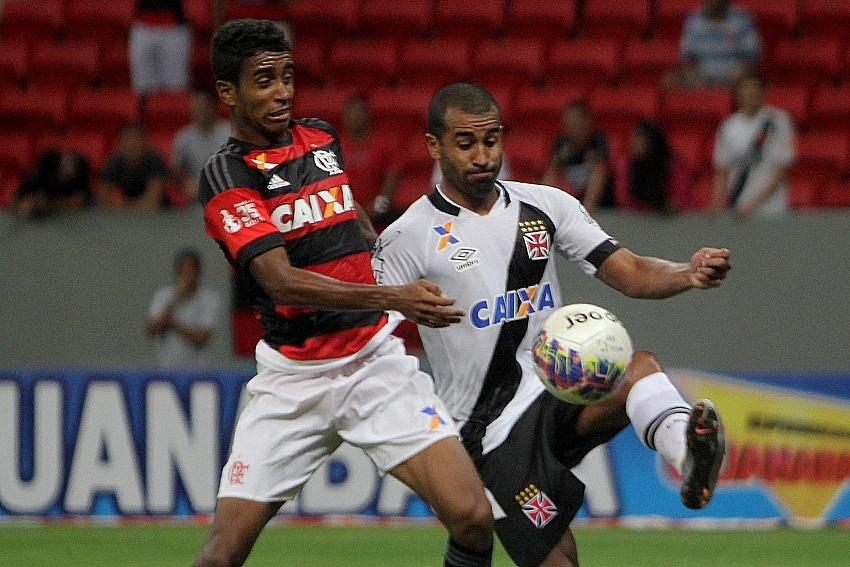 Jogadores do Vasco e do Flamengo disputam bola em clássico pelo Campeonato Carioca
