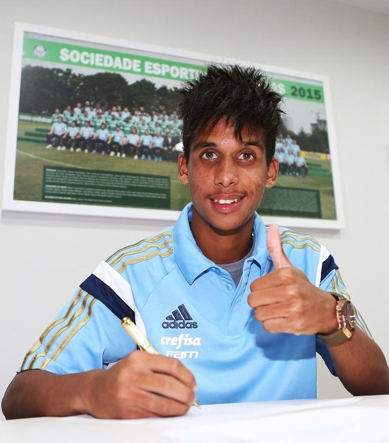 Meia-atacante Vitinho assina novo contrato com Palmeiras