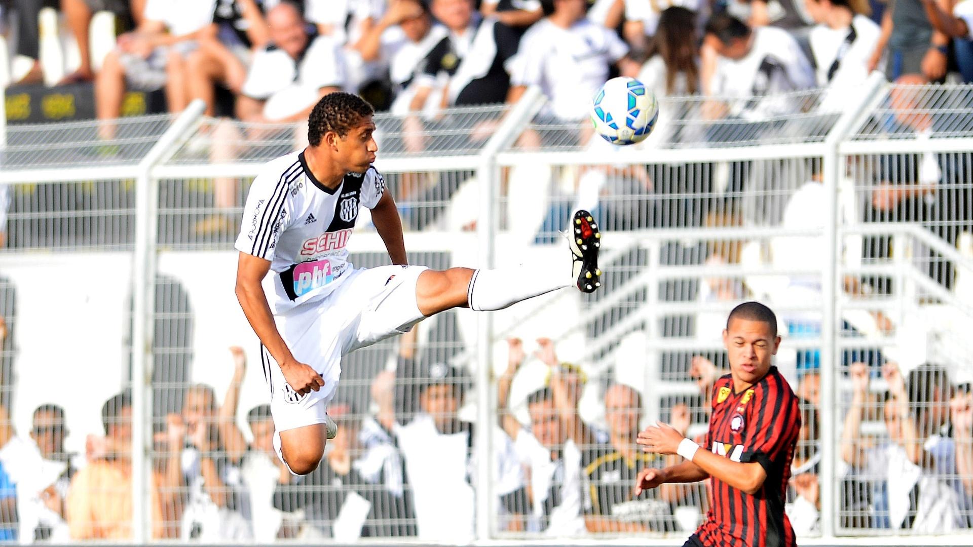 Pablo, da Ponte Preta, chuta a bola na partida contra o Atlético-PR pelo Brasileirão