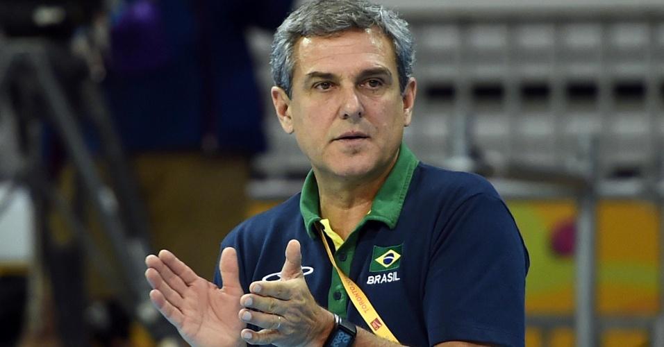 Técnico José Roberto Guimarães orienta a seleção brasileira de vôlei na partida contra Porto Rico