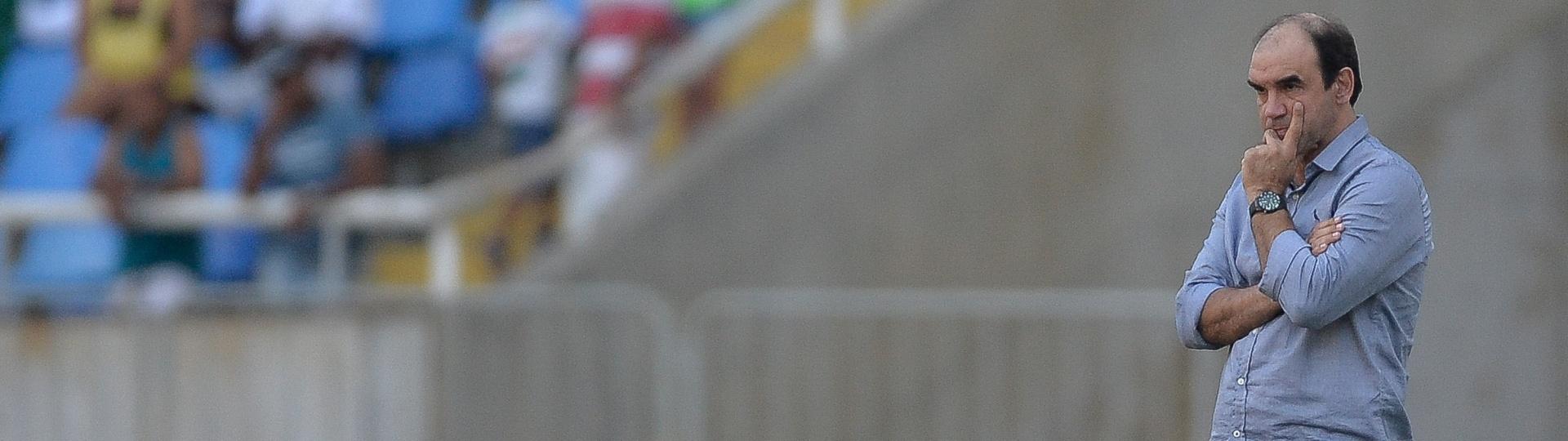 01.ago.2015 - Ricardo Gomes observa o time do Botafogo em ação contra o Luverdense na sua estreia como técnico da equipe carioca