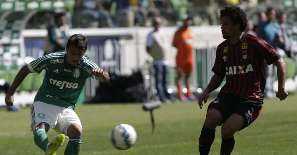 Volante Otávio acompanha Robinho na marcação em duelo entre Palmeiras e Atlético-PR pelo Campeonato Brasileiro