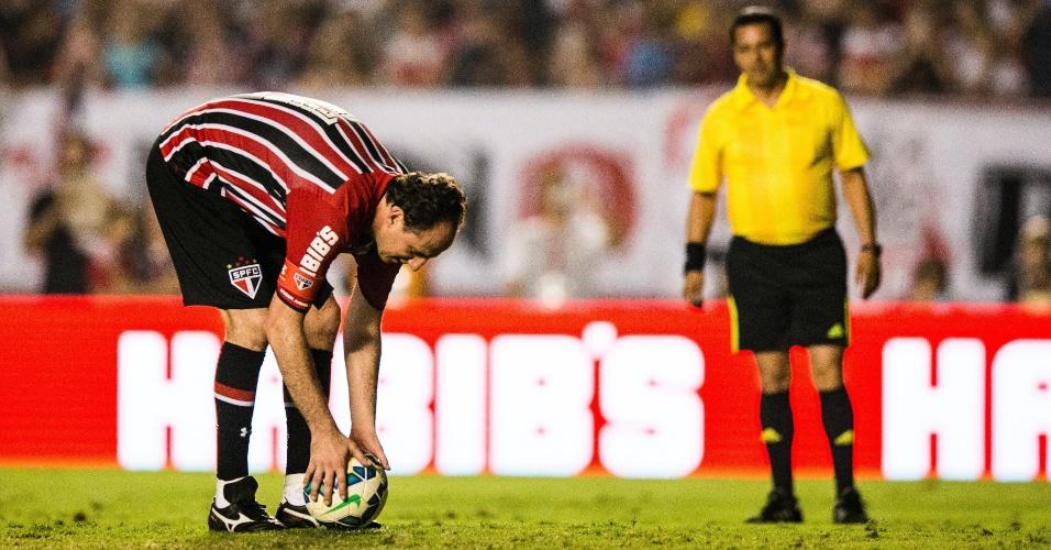Rogério Ceni ajeita a bola para bater pênalti no seu amistoso de despedida. Foi seu último gol pelo São Paulo