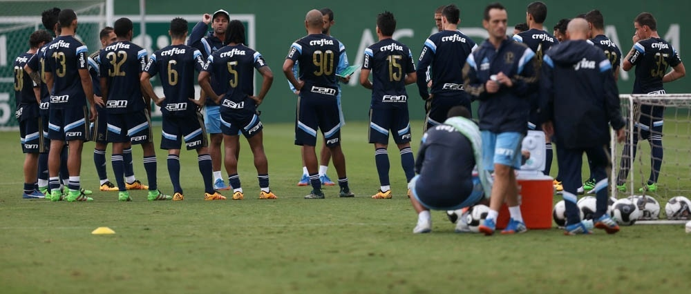 Técnico interino Alberto Valentim comanda treino do Palmeiras após a demissão de Marcelo Oliveira