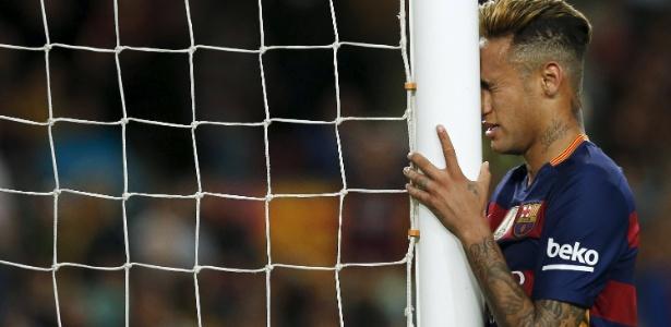 Neymar vive uma disputa no Barcelona