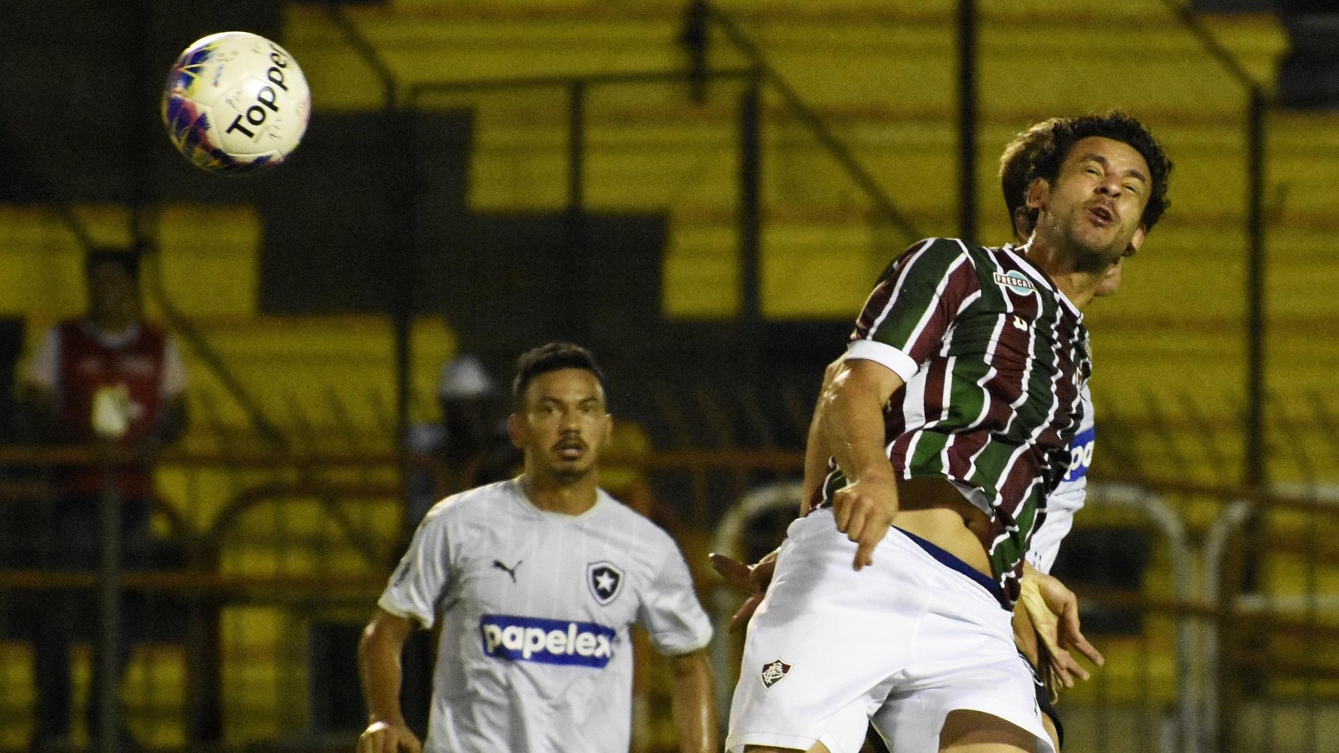 Fred disputa bola na partida do Fluminense contra o Botafogo, pelo Campeonato Carioca
