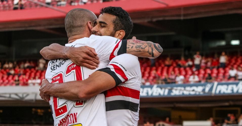Alan Kardec é abraçado por Maicon na vitória do São Paulo por 3 a 0 sobre o América-MG