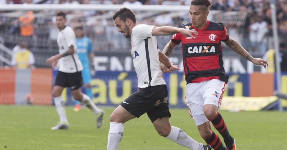 Guerrero disputa bola com Uendel, durante a partida entre Corinthians e Flamengo