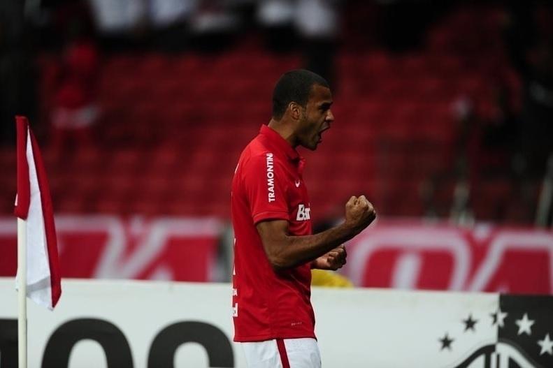 Ernando comemora após abrir o placar para o Internacional contra o Vasco