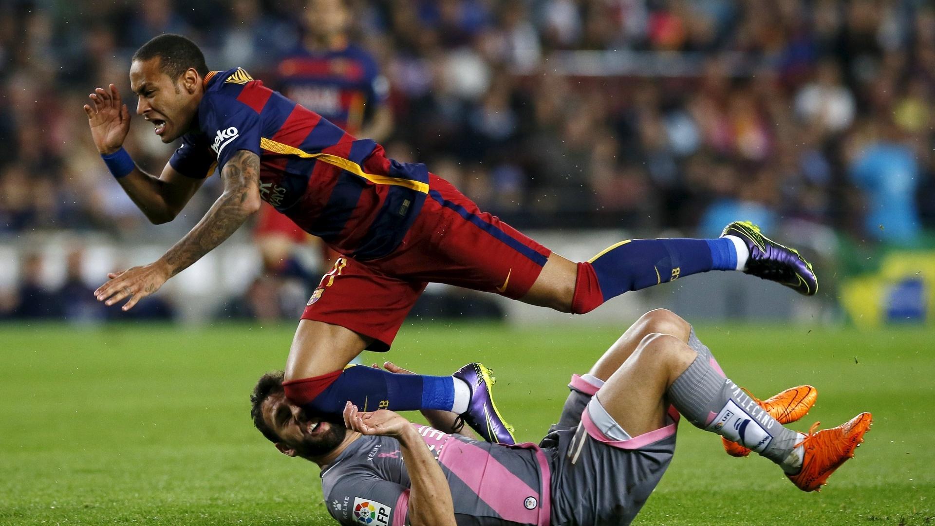 Neymar disputa lance com Bangoura, do Rayo Vallecano, em partida no Camp Nou