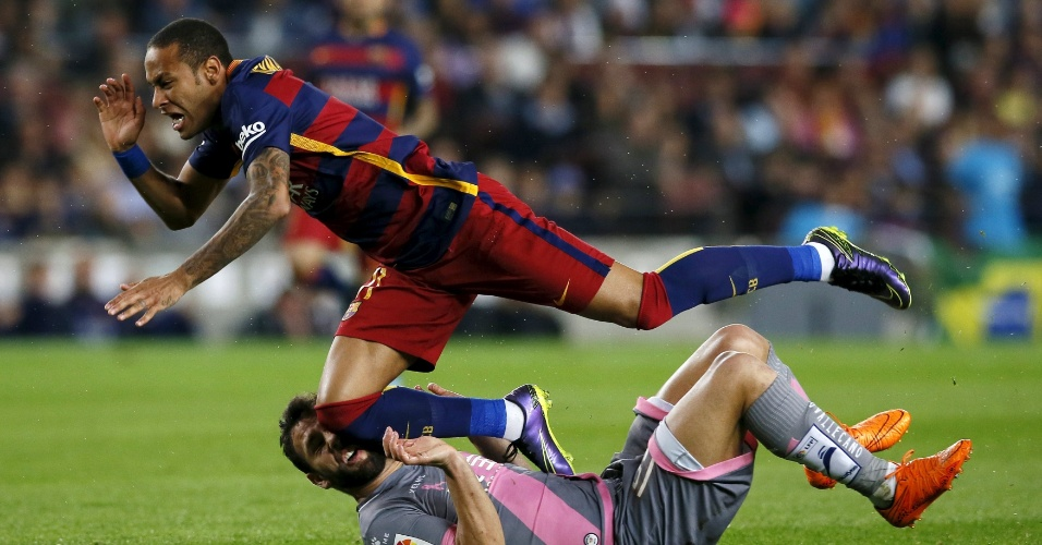 Neymar disputa lance com Bangoura, do Rayo Vallecano, em partida no Camp Nou