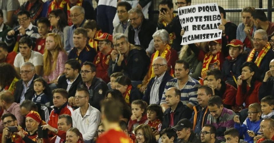 Torcedor da Espanha incentiva o zagueiro Piqué durante o jogo contra a Inglaterra