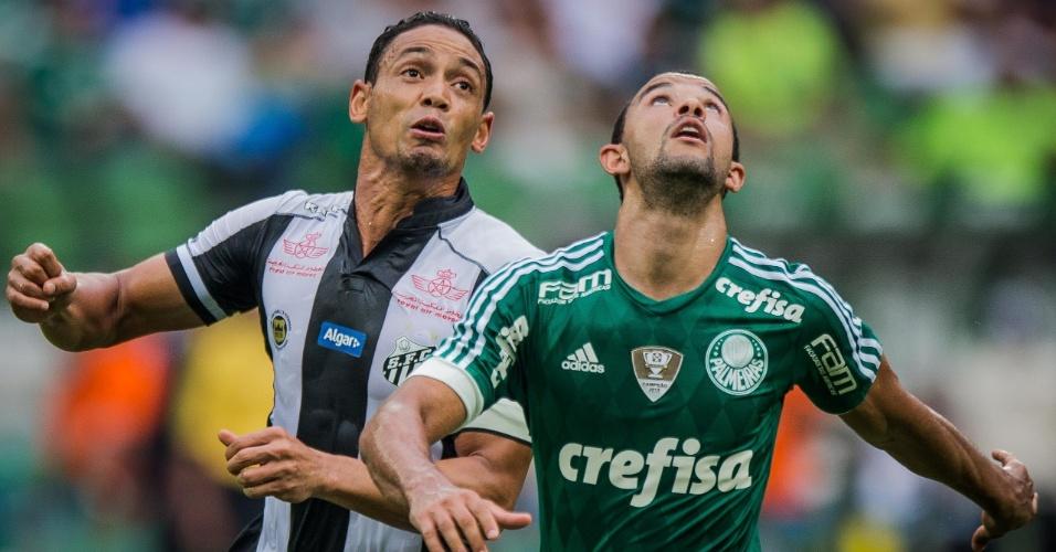 Ricardo Oliveira disputa bola na partida do Santos contra o Palmeiras, no Campeonato Paulista