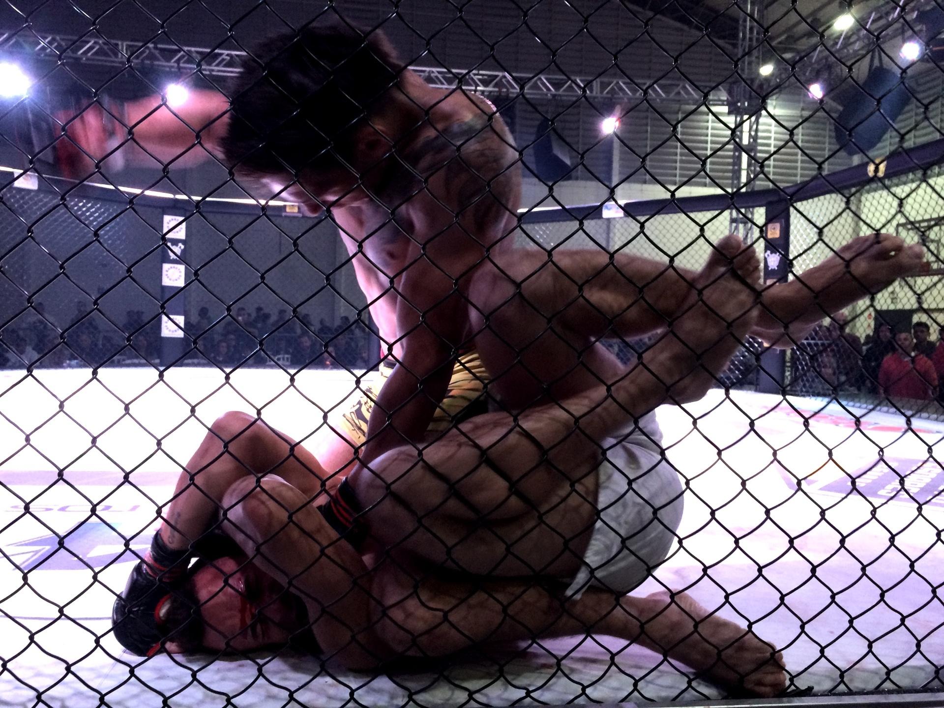 Berinja faz ground and pound em Tubarão em torneio de MMA