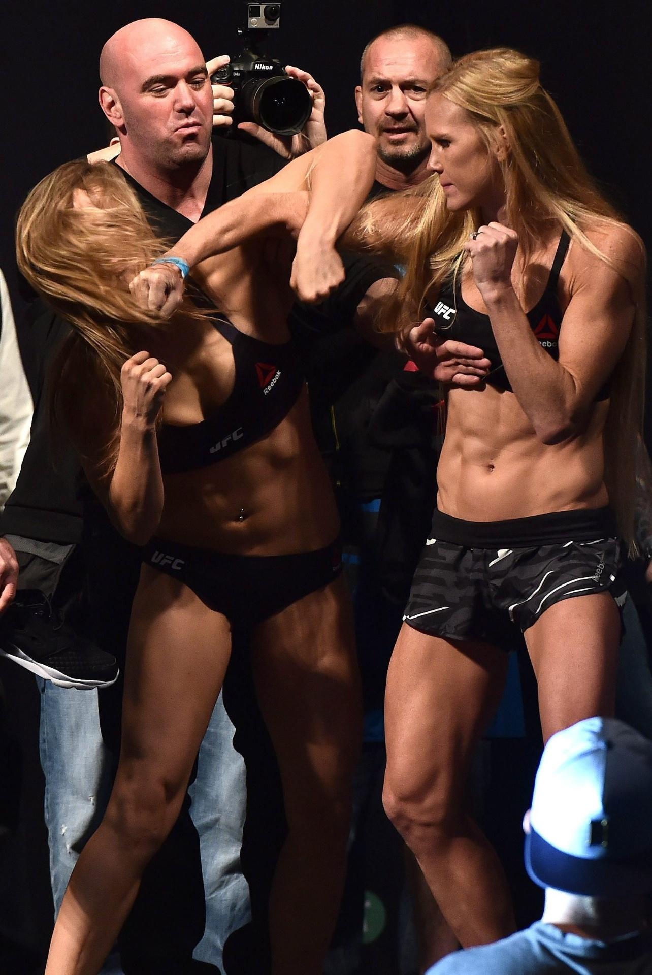 Ronda Rousey (esq.) e Holly Holm se estranham durante pesagem, em Melbourne, na Austrália