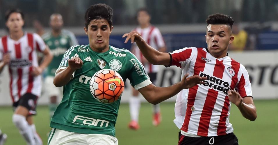 Thiago Martins tenta ficar com a boca na partida do Palmeiras contra o River-URU, na Libertadores