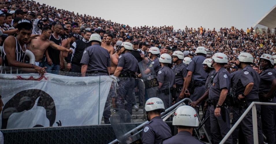 Polícia tenta acalmar torcedores do Corinthians no intervalo do clássico