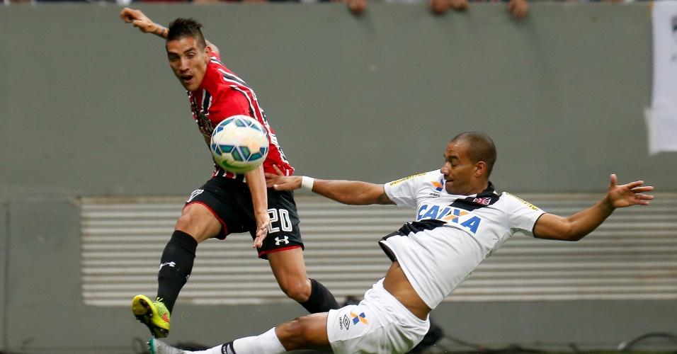Zagueiro Rodrigo tenta evitar cruzamento do argentino Centurión no jogo Vasco e São Paulo, pelo Brasileirão