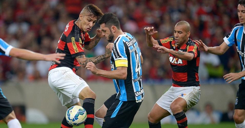Rhodolfo disputa a bola com Guerrero e Emerosn durante o jogo Flamengo e Inter, válido pelo Campeonato Brasileiro