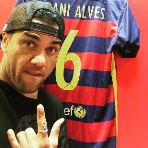 137d4d9f2e Daniel Alves exibe uniforme que utilizará no Barcelona