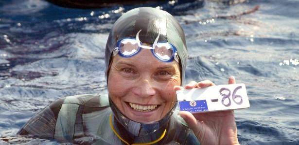Natalia Molchanova segura placar de 86m após vencer o Campeonato Mundial de mergulho em profundidade em 2005